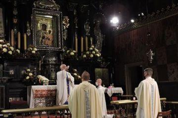VIII Pielgrzymka dziennikarzy na Jasną Górę, modlitewna  - 31.X.2020 . Przewodnic zy ks.abp. Wacław depo. Zdjęcia pamiątkowe KSD.